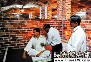 鹽療診所的醫生對病人進行檢查。病房由鹽制牆磚分隔。