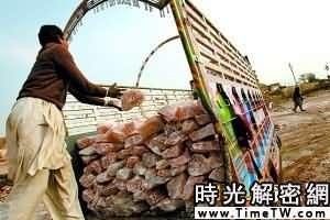 地面上,礦工裝載鹽磚,凱瓦拉鹽礦的平均年產量為32.5萬噸。