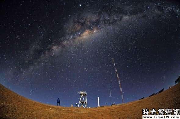 在阿塔卡馬荒漠高原上仰望星空,這裡是世界上最乾燥的地區之一,因此也是太空觀測的絕佳地點。