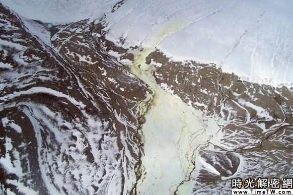 本圖由直升機所拍攝,硫磺沉澱所形成的淡黃色印跡在圖中非常明顯。