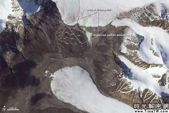 本圖由美國宇航局「地球觀測1號」衛星於2006年7月6日通過先進陸地成像儀所拍攝,顯示的是加拿大埃爾斯米爾島上的波魯普峽灣通道及硫磺泉所處的位置。