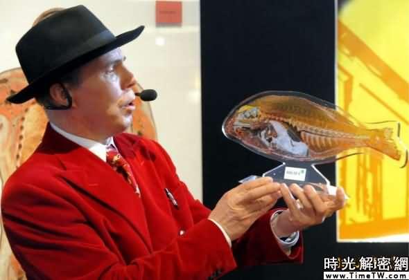 65歲的馮·哈根斯展示一個將在「塑化商店」出售的魚的橫截面切片。