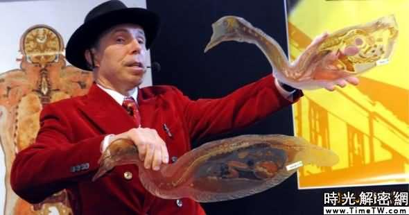 馮·哈根斯正在展示一隻小鳥的橫截面切片。他的展覽中心和商店在關閉15個月後,將在28日重新開張。