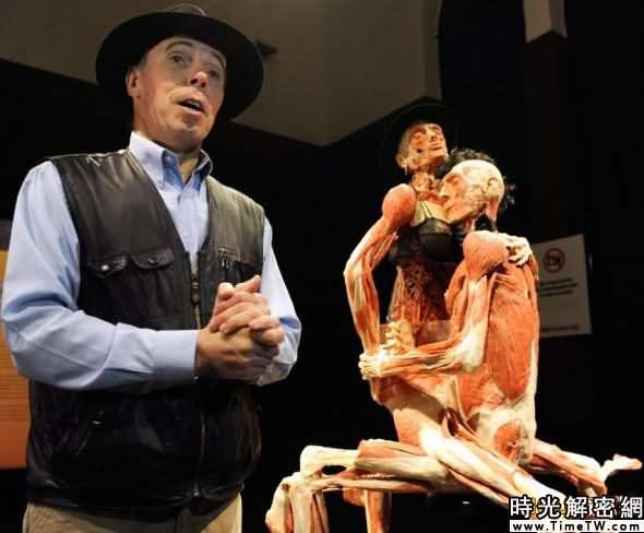 馮·哈根斯經常遭到批評。他的「世界屍體藝術」展的展品包括擺出不同姿勢的人體標本,其中還有性愛場景。