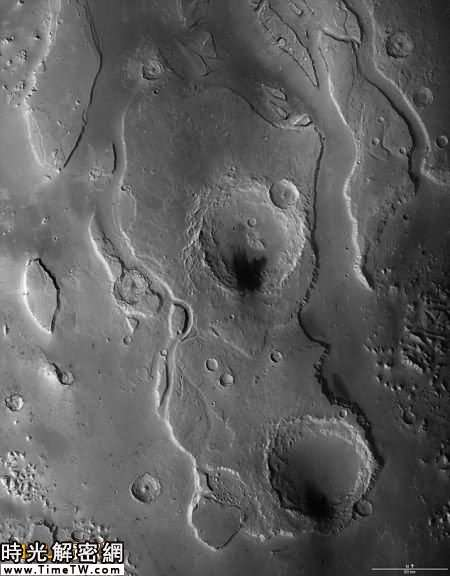 在洪水的沖刷下,火星地表出現1500深的山谷。照片中,巨大的隕坑非常醒目