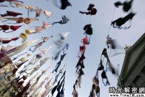 圖:瑞士聯邦廣場懸掛千餘個胸罩 倡乳腺癌防治
