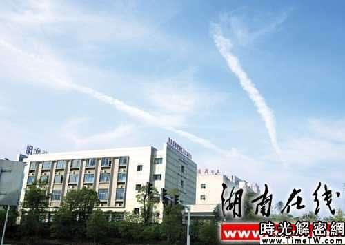 天空出現奇特帶狀雲彩 市民疑其為地震雲