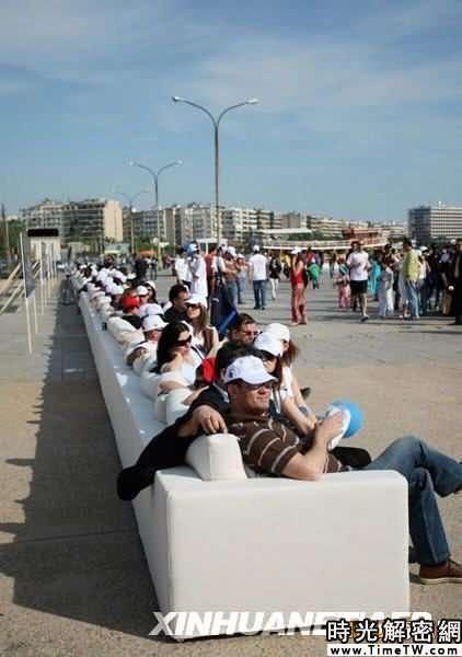 組圖:希臘長64.75米沙發創下金氏世界紀錄