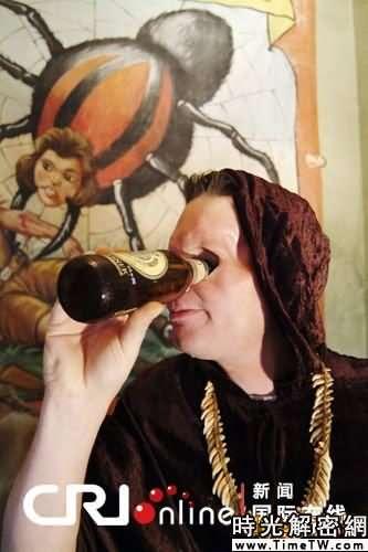 美國奇特「獨眼巨人」用眼睛抽煙喝酒(組圖)
