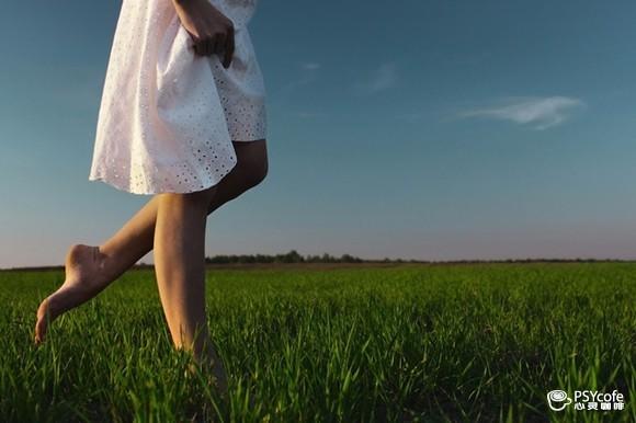 赤腳感受草皮的呼吸