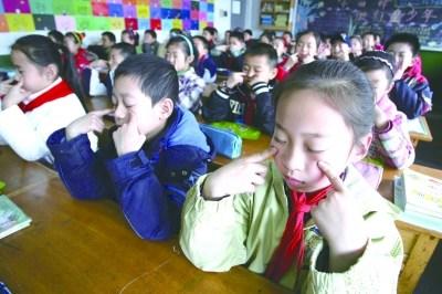"網友微博稱眼<a href='http://baojian.9939.com' target='_blank'><font color='blue'>保健</font></a>操無用""殘害""青少年49年?"